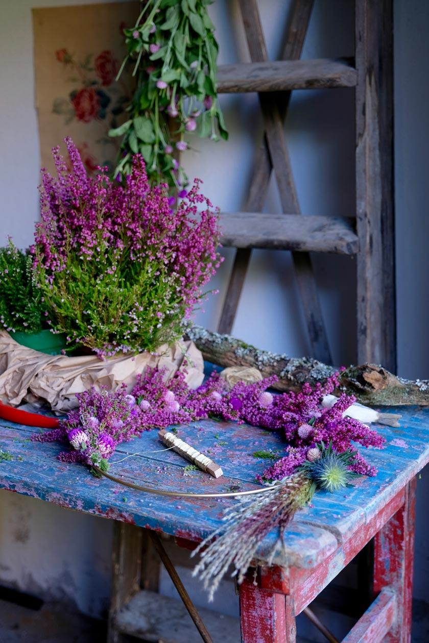 Blumenkranz aus Erika, Klee und Papmpasgras