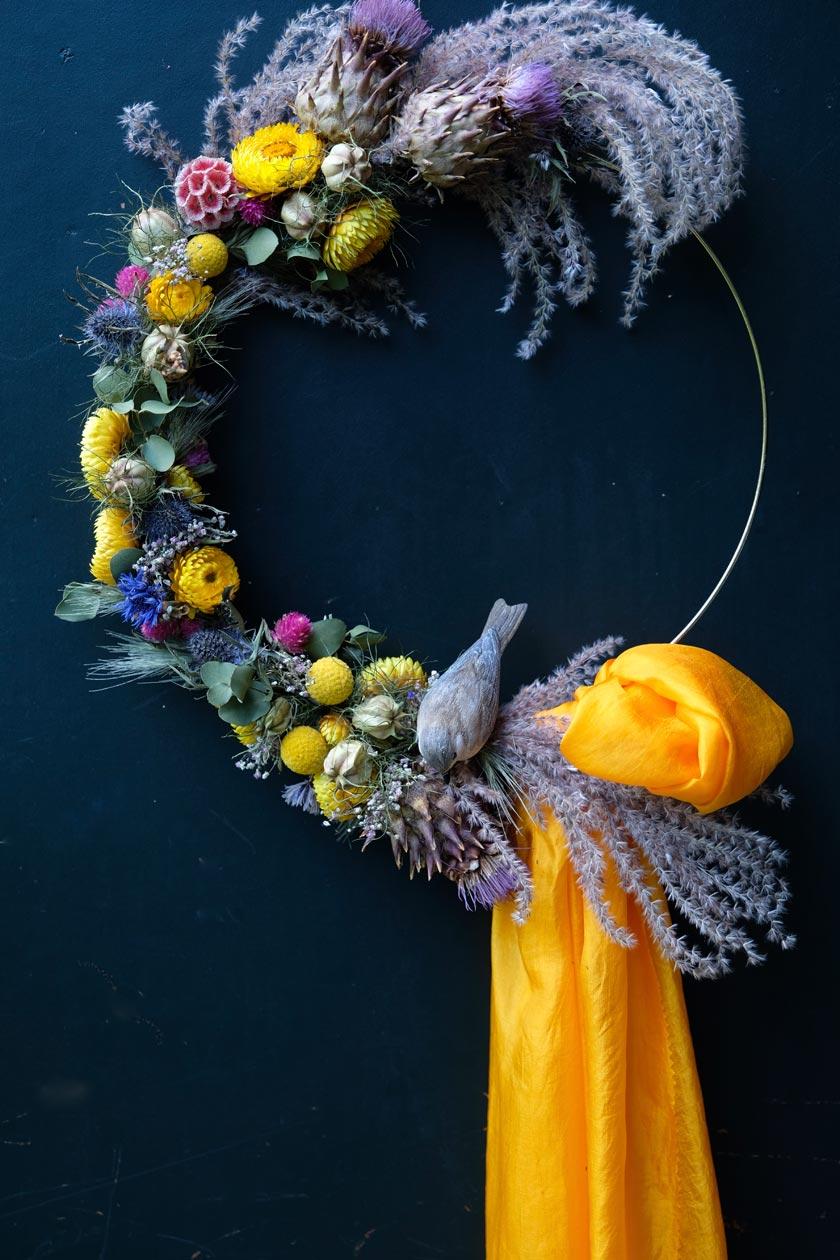 Trockenblumen – zum Kranz gebunden