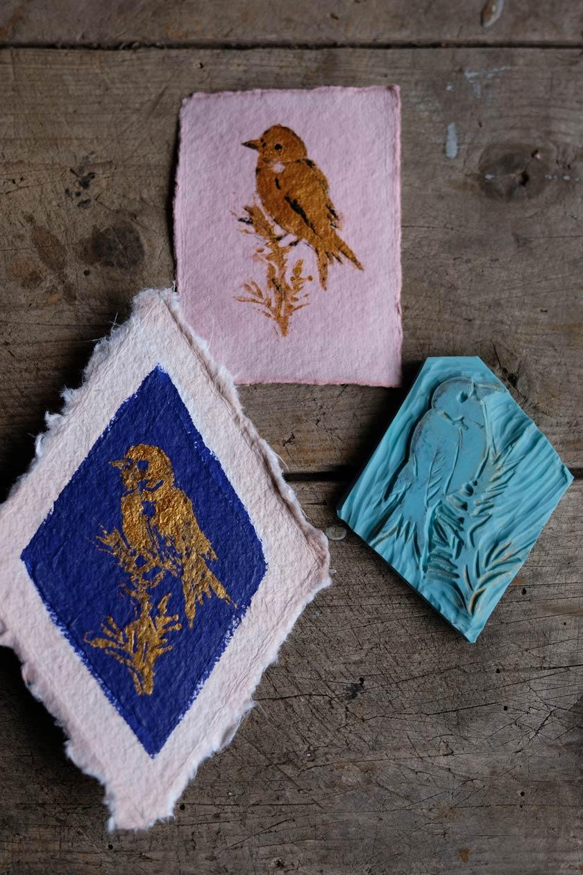 Geschenkanhänger aus Bütten, mit Avocadoschalen gefärbt