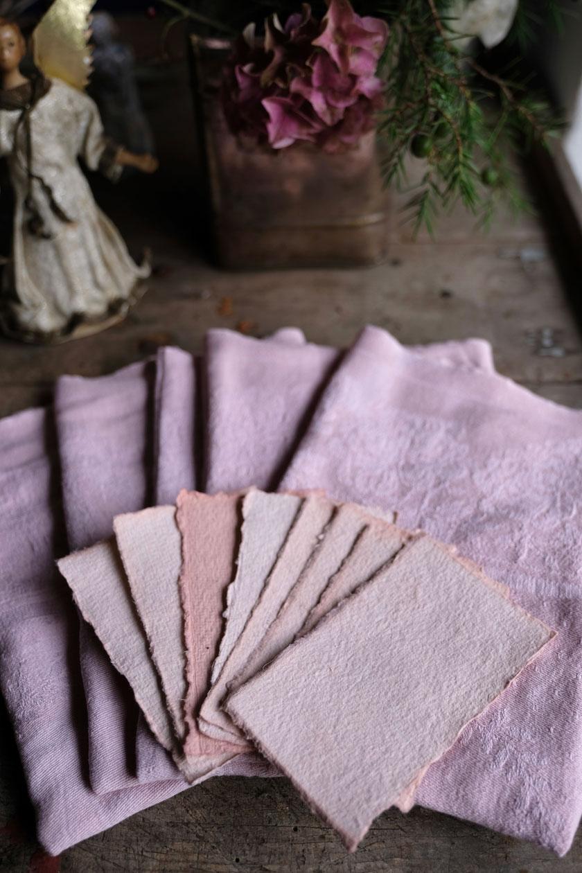 Mit Avocadoschalen können wir Stoffe in einem fantastischen Rosa färben. Geschenkideen.