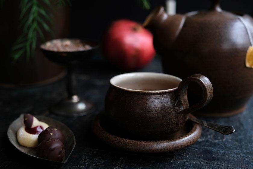 Marmeladenplätzchen, Marzipan und eine Tasse Tee