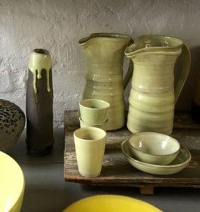 Pantone-Trendfarben: Handgearbeitete Krüge, Schalen und Becher von Keramik imd Quellental