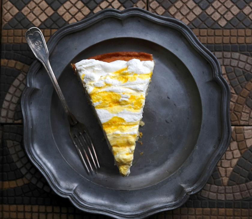 Safransahne macht den Zitronen-Orangenkuchen so besonders.