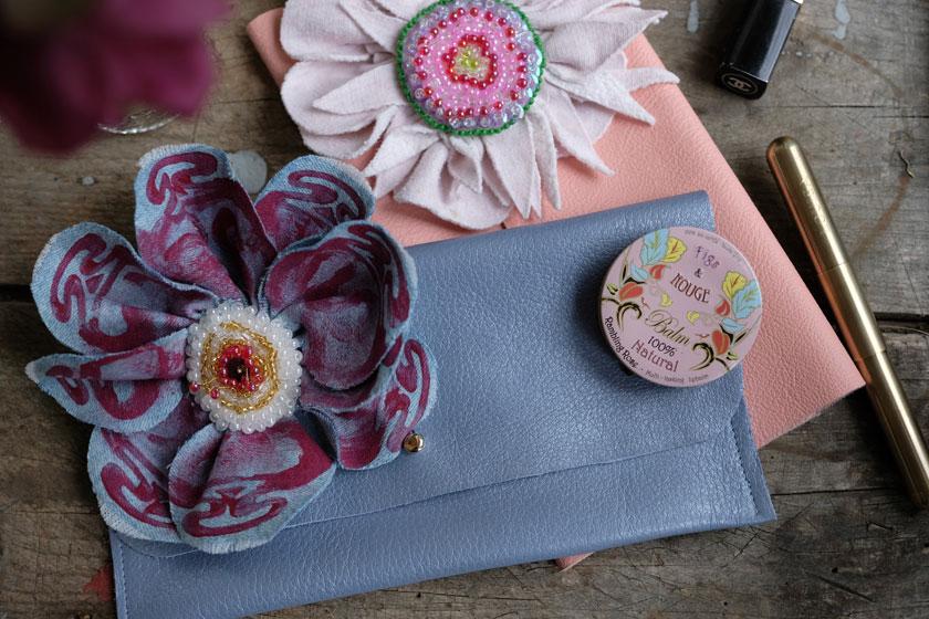 Ledertaschen mit Perlblumen – ein DIY