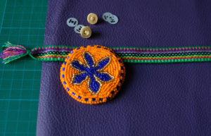 DIY: Perlenmedaillons für selbstgemachte Ledertaschen