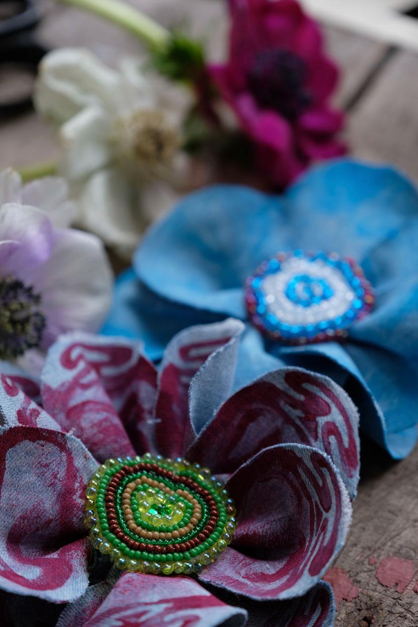 Upcycling: Blüten aus Jeans und Taschen aus Leder - ein DIY