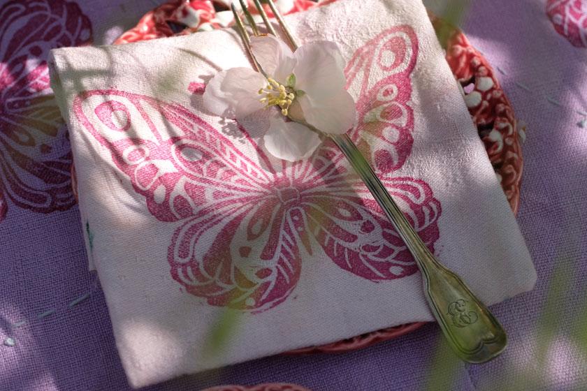 DIY: Mit Schmetterlingsstempel und Gräsern eine sommerliche Tischdecke gestalten