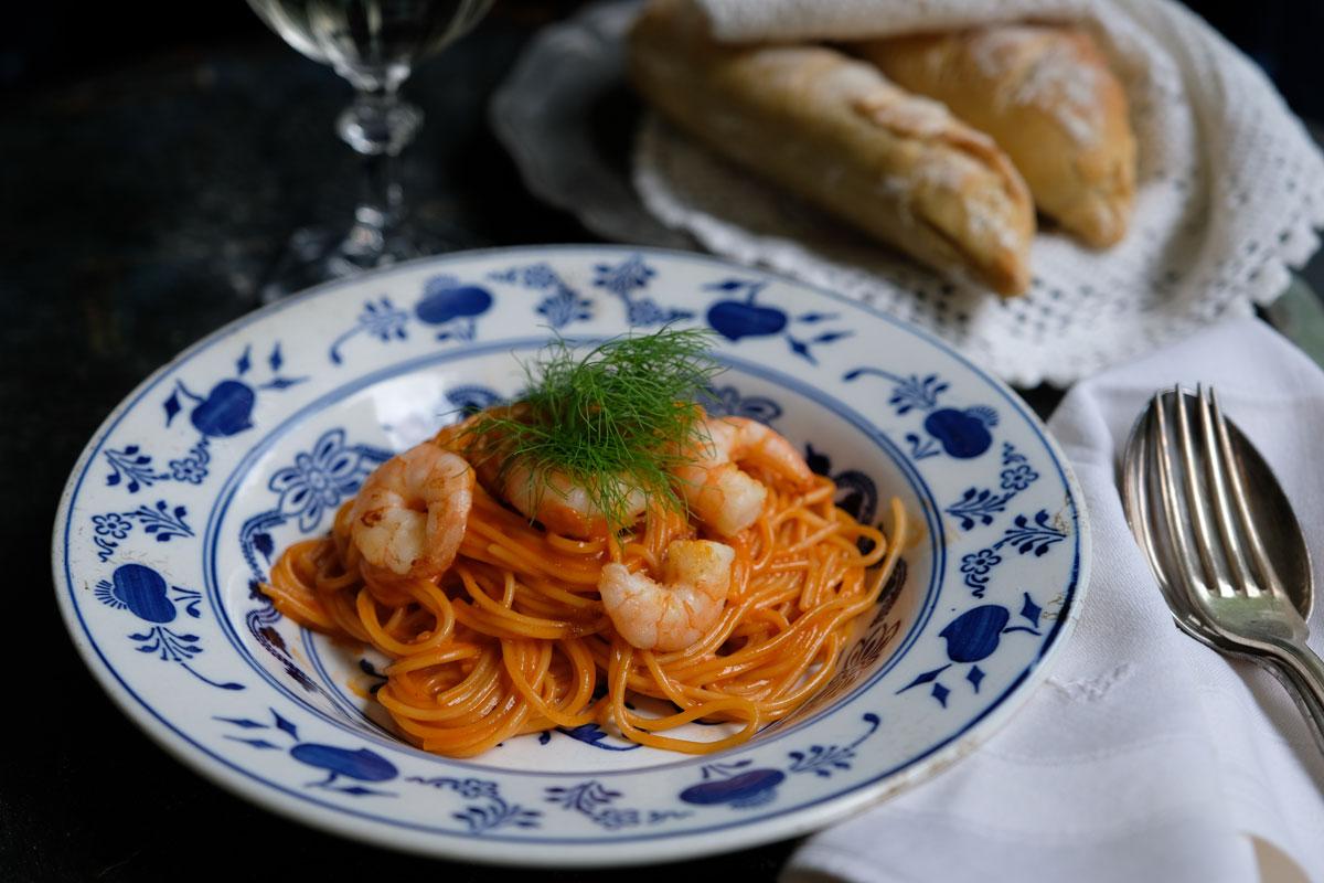 Pasta mit Garnelen in Anissoße. mit frischem Baguette